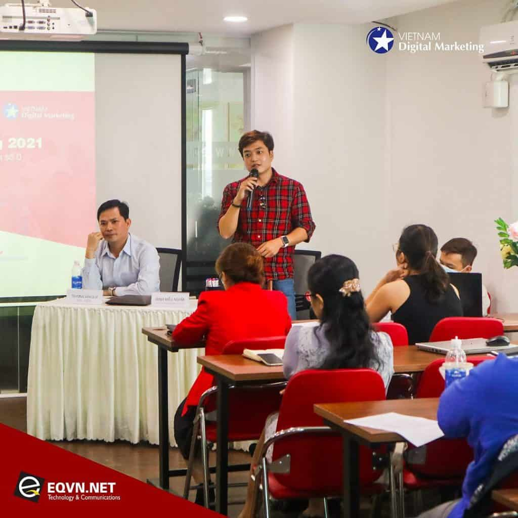 Diễn giả Trương Văn Quý (bên trái), diễn giải Đinh Hiếu Nghĩa (bên phải)
