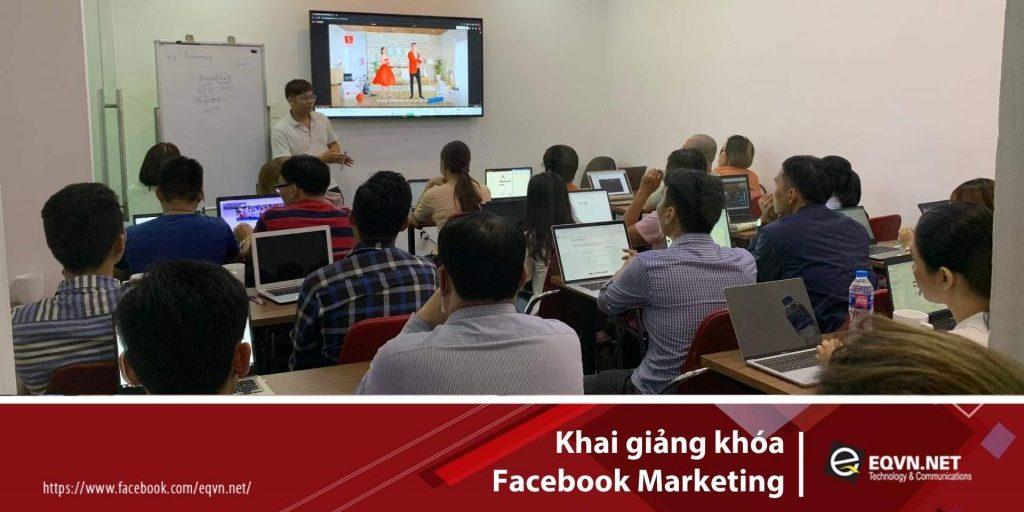 Thầy Phan Bảo hướng dẫn học viên trong lớp Facebook Marketing
